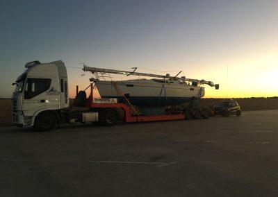 camion cargado puesta sol